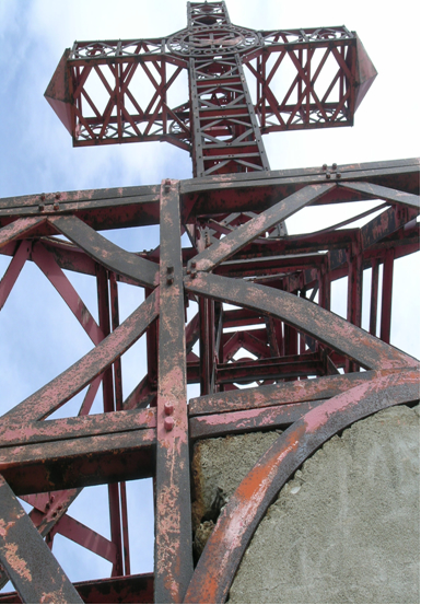 La Croce vista dal basso verso l'alto è evidente la ruggine sugli elementi in ferro