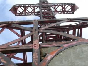 La Croce vista dal basso verso l'alto, è evidente la ruggine sugli elementi in ferro